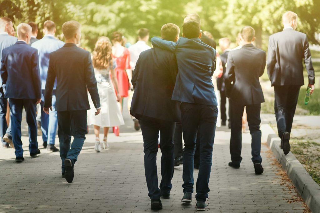 hommes heureux allant au mariage