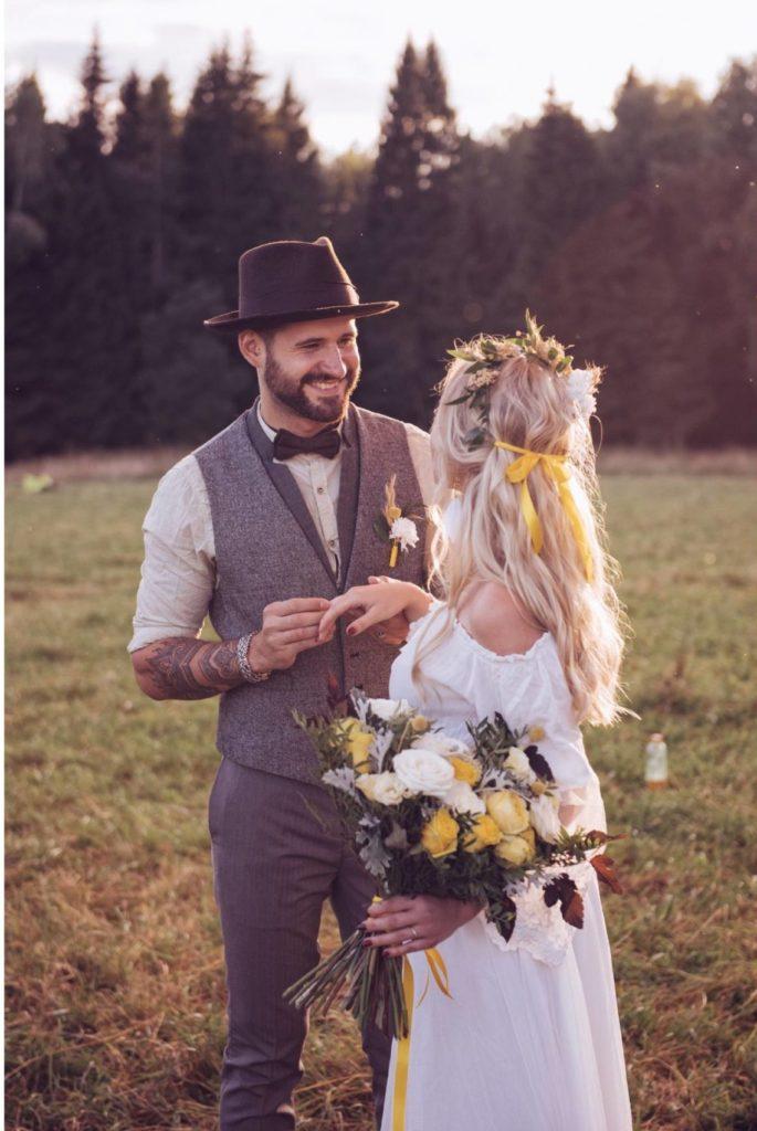 couple de mariés en séance photo