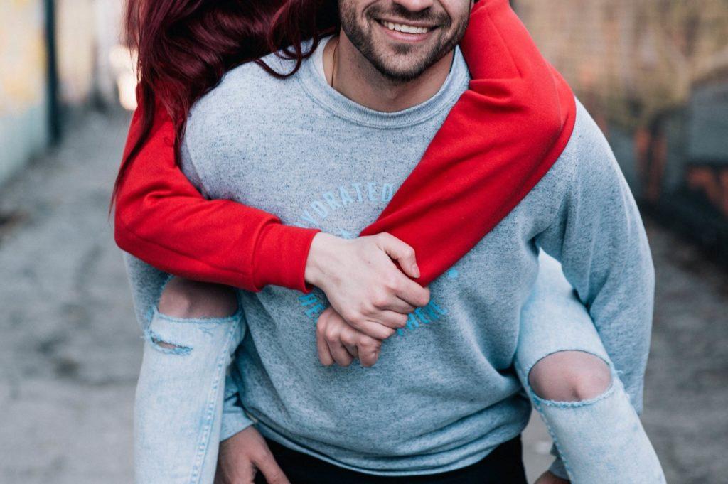 photo d'un couple authentique dans la rue pendant leur photo d'engagement