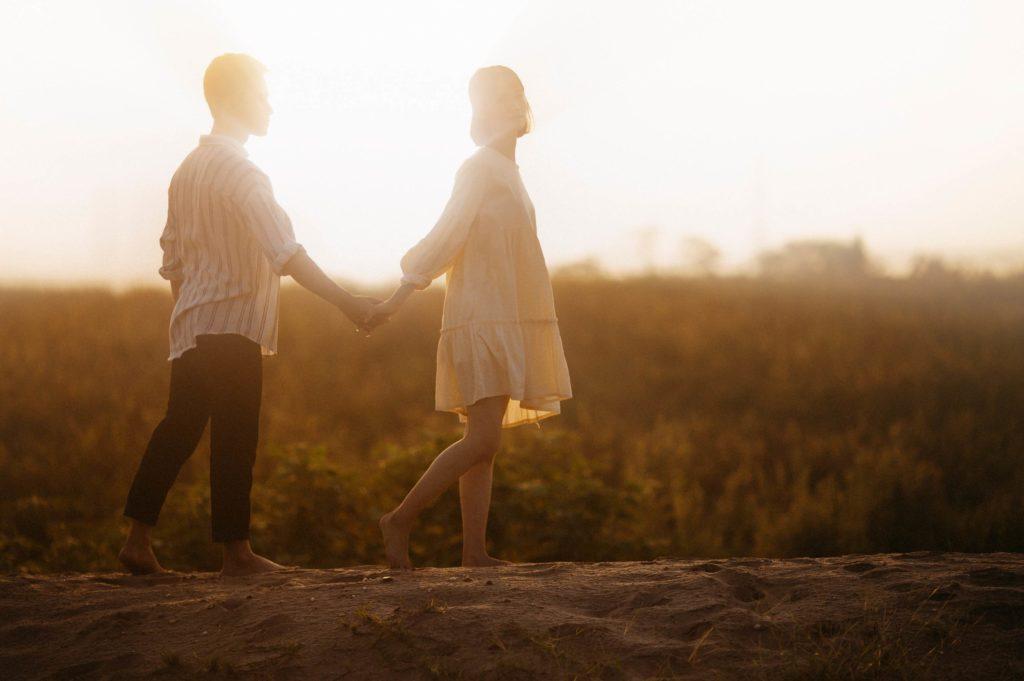 photo d'engagement dans paysage magnifique avec coucher de soleil
