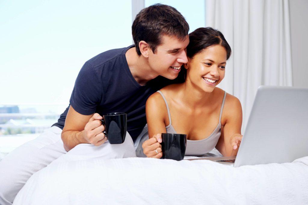 couple qui organise leur mariage