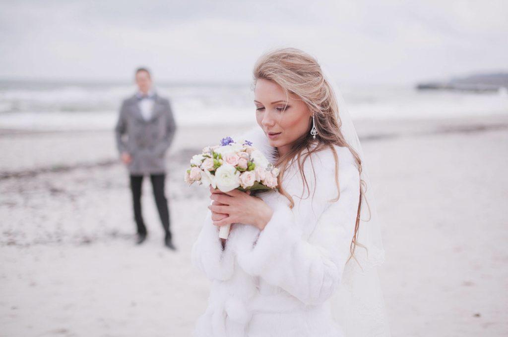 photo de couple mariés en hiver