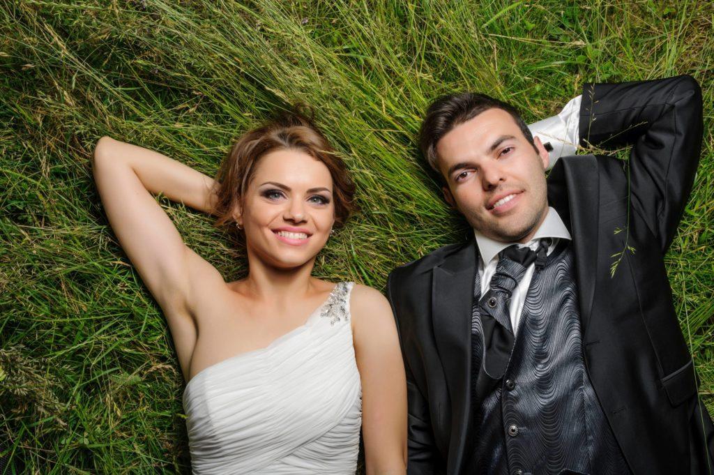 mariés détendus et souriants