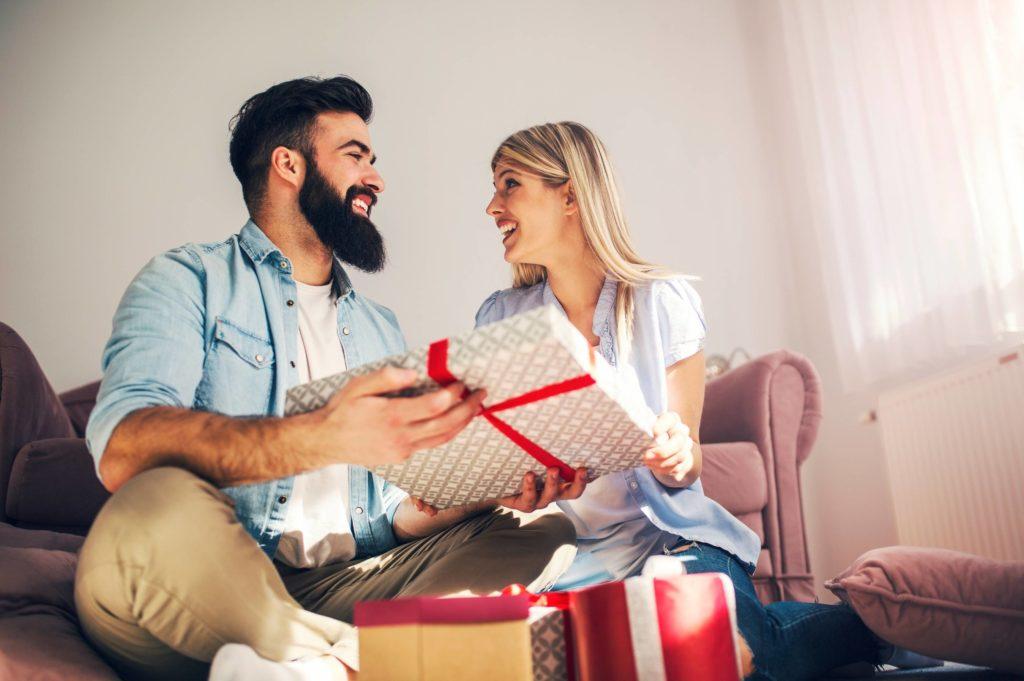 couple qui ouvre ses cadeaux de mariage