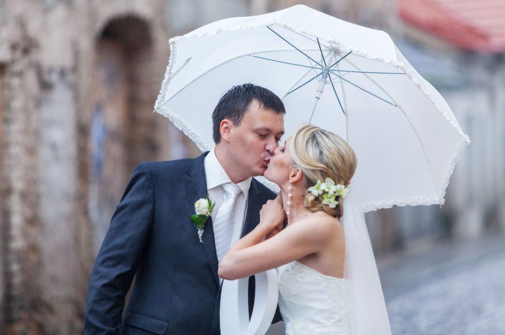 couple marié sous la pluie