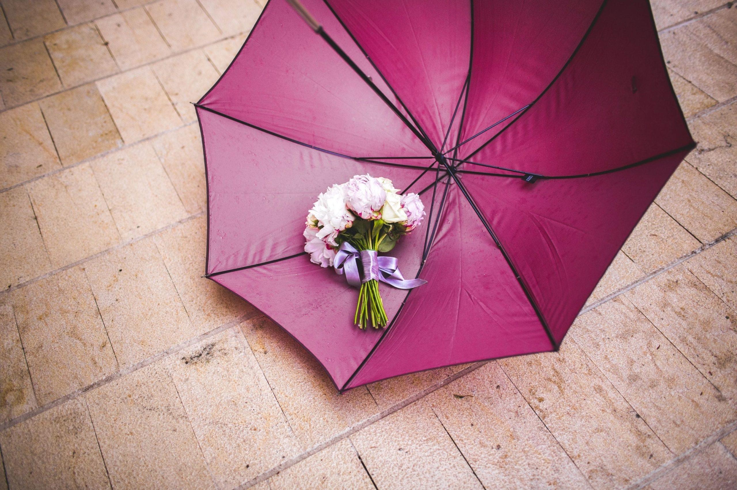 parapluie de couleur et bouquet de mariée
