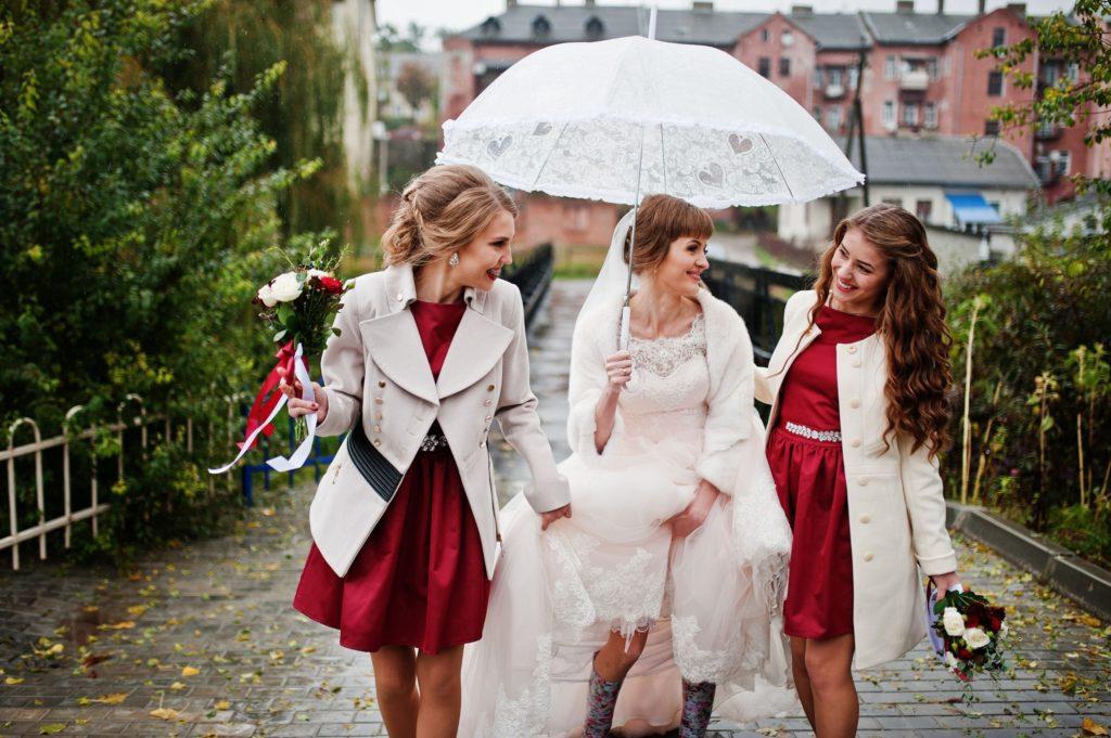 mariée et ses demoiselles d'honneur sous la pluie
