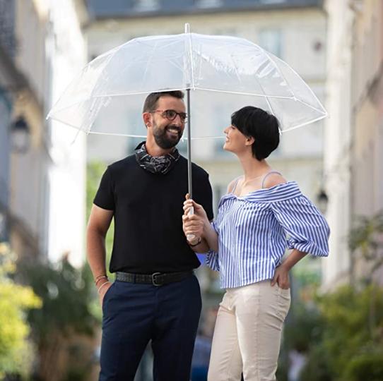 couple sous un parapluie transparent