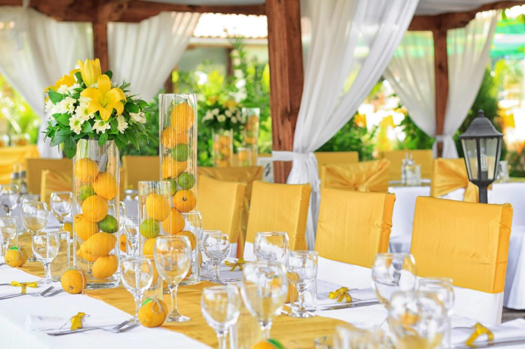 table de mariage avec agrumes en decoration