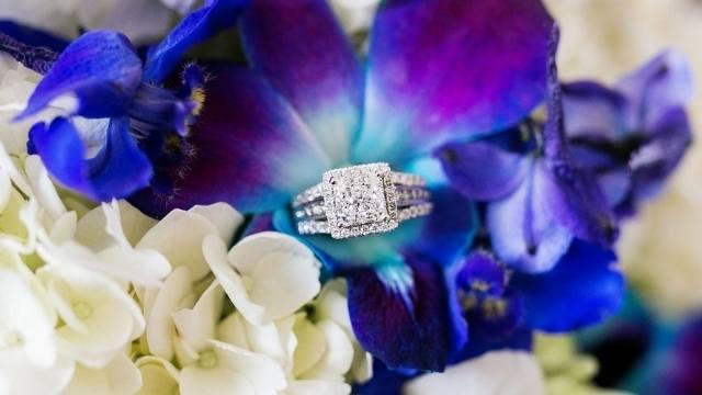 cacher la bague de fiançailles dans les fleurs