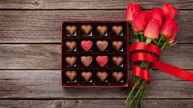 mettre la bague dans une boite de chocolats