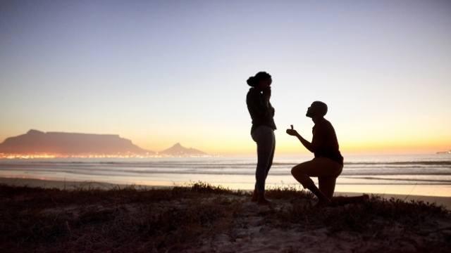 faire sa demande à genou à la plage romantique