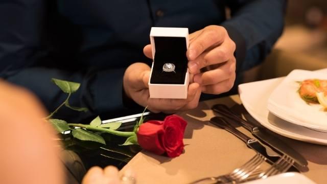 offrir la bague de fiançailles