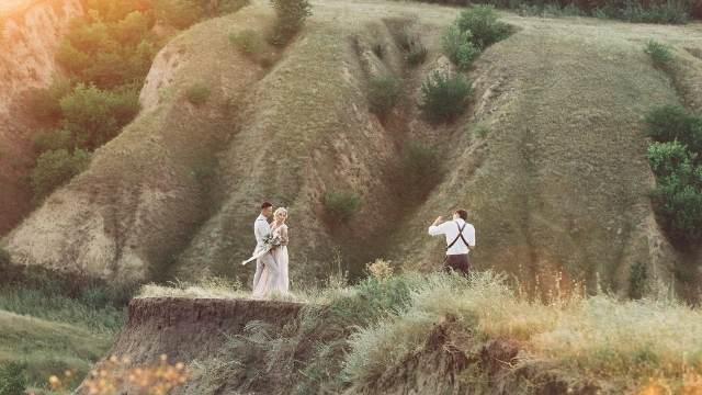 poser pour la seance d'engagement avant le mariage