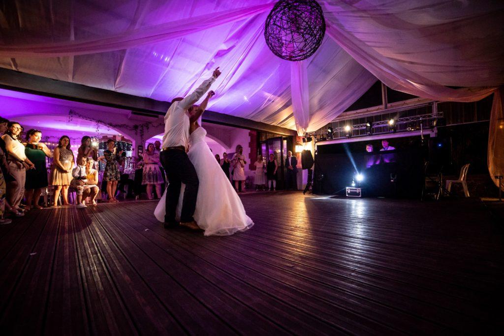 mariés dansant sur piste de danse