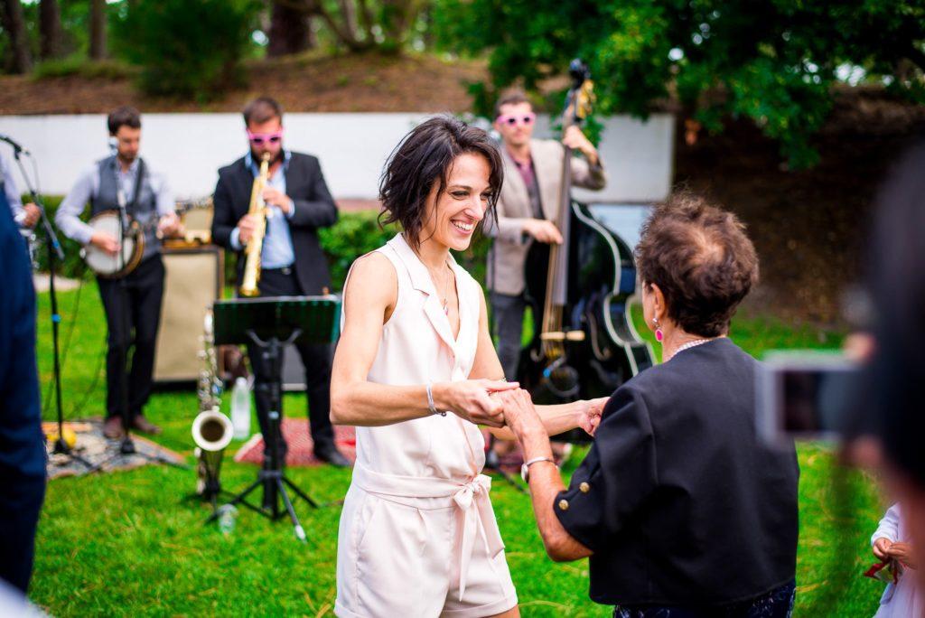 invités qui danse avec groupe de musique