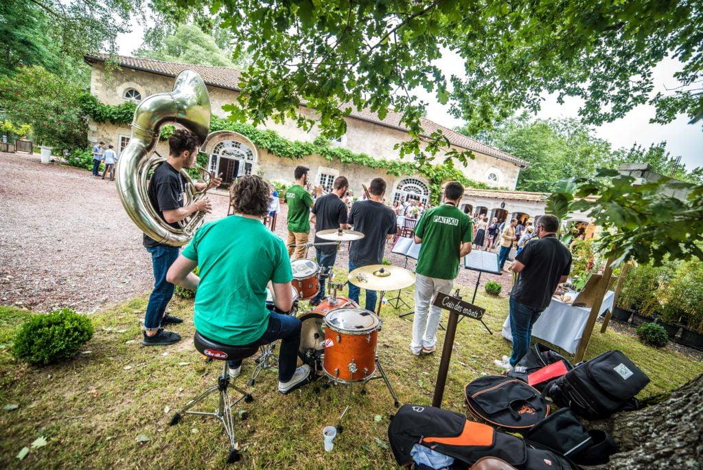 musiciens qui jouent en extérieur