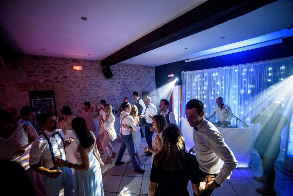 invités qui dansent et dj qui mixe