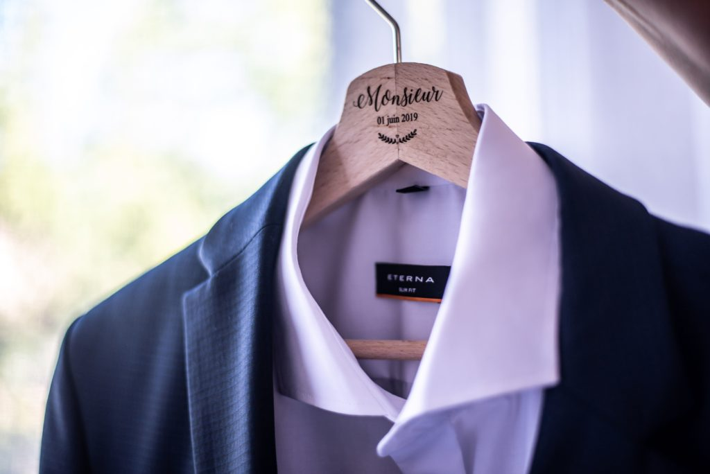 plan de coupe sur la chemise du futur époux