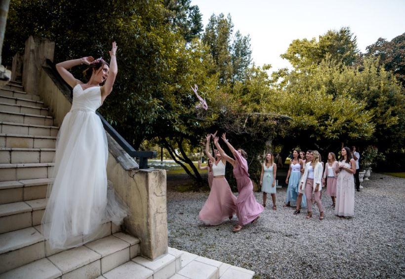 invitees qui rattrappe le bouquet de la mariee