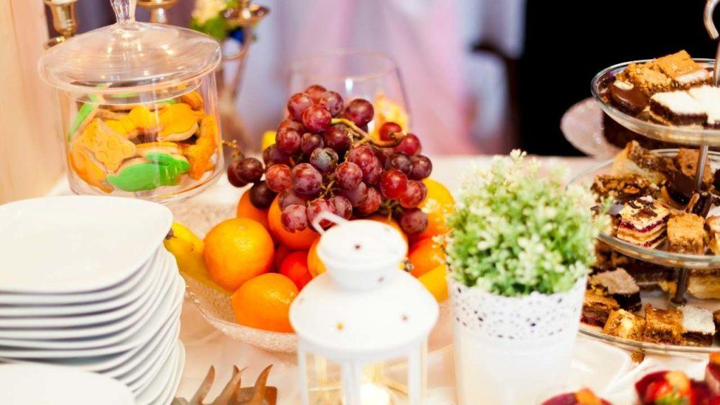 des bonbons et des fruits