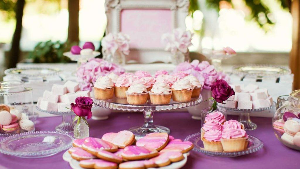 table des desserts avec gateaux