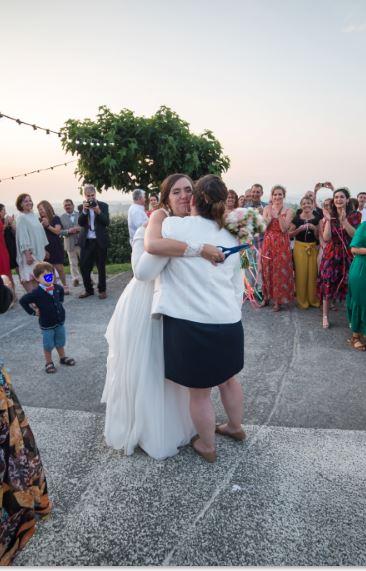 calin entre la marié et l'invite qui a gagné le bouquet