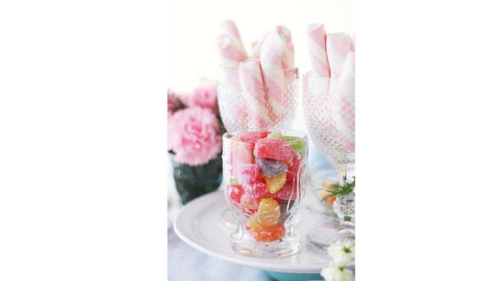 fleurs et bonbon sur table de mariage