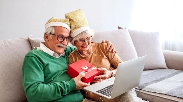 grand parents déguisées pour le skype