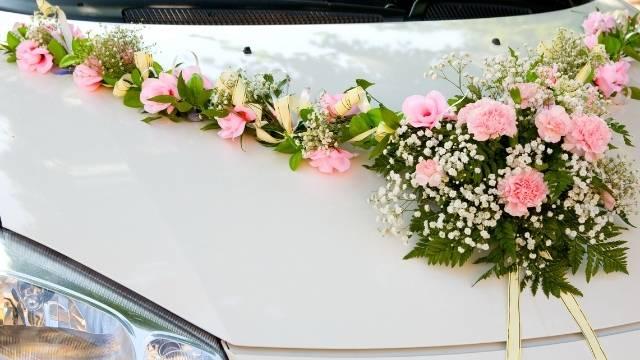 fleurs sur capo de voiture
